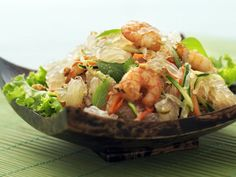 Refreshingly tangy and light, this Vietnamese pomelo salad can easily be made at home. Grilled Prawns, Marinated Tofu, Wine Recipes, Salad Recipes, Cooking Recipes, Refreshing Salad Recipe, Healthy Salads