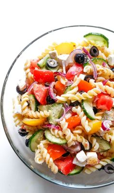 Przepyszny sposób aby bez wyrzutów sumienia zjeść makaron. W towarzystwie świeżych warzyw stanowi lekkostrawną, śródziemnomorską sałatkę z makaronem. Diet Recipes, Cooking Recipes, Healthy Recipes, Easy Pasta Salad Recipe, Party Snacks, Food Inspiration, Healthy Lifestyle, Good Food, Food And Drink