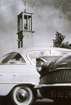 De pas voltooide toren van de Sint-Canisiuskerk aan de Molenstraat waakt over de geparkeerde auto's op Plein 1944. Foto uit het begin van de jaren '60.