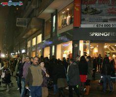 Piso de estudiantes en Rambla de Alicante. España.De compras por Alicante. Avenida de Maisonnave, llena de comercios tradicionales y las principales franquicias del mundo.