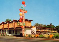 I don't know why, but I love pictures of old motels.  I especially love the signs!