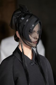 Thom Browne at New York Fashion Week Fall 2015 - Details Runway Photos Headdress, Headpiece, World Of Fashion, Fashion Art, Frock And Frill, Alexander Mcqueen, Valentino, Dior, Inspirational Celebrities