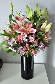 Vamos aprender a fazer um super buquê pra enfeitar a casa? –       Vaso para flores –       Tesoura grande –       Elástico (eu uso atilhos) –       Lírios (a cor de sua preferência) –       Astromélia (2 cores)