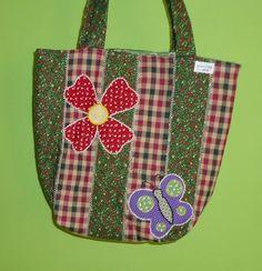 Bolsa em tecido, trbalhada em patchwork bordada a mão toda forrada,com bolso interno,tecido 100* algodão R$60,00