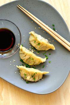 Gedämpfte Teigtaschen (vegan). Asiatische Teigtaschen mit Gemüsefüllung, schonend gedämpft und mit einem würzigen Dip serviert.