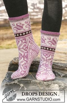 """Snow Lily - Knitted DROPS socks in Norwegian pattern in """"Karisma"""". Snow Lily - Knitted DROPS socks in Norwegian pattern in """"Karisma"""". - Free pattern by DROPS Design. Knitting Designs, Knitting Patterns Free, Free Knitting, Free Pattern, Crochet Patterns, Drops Design, Crochet Socks, Knit Crochet, Knit Socks"""