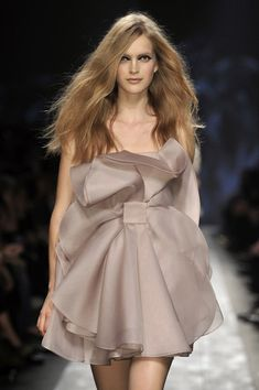 Valentino Spring 2010 Runway Pictures - Valentino at Paris Fashion Week Spring 2010 – Runway Photos - Couture Fashion, Runway Fashion, High Fashion, Paris Fashion, Fashion Outfits, Womens Fashion, Fall Outfits, Fashion Trends, Prom Dress Couture