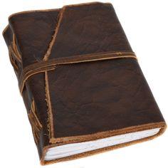 Das Buch 'Amalia' im handlichen A6-Format bietet Dir auf 200 Seiten Platz für Deine schönsten Erinnerungen. Ob Reiseberichte, Fotos, Notizen, Gedanken, Rezepte oder eine bunte Mischung aus all diesen Dingen. Gusti Leder - 2P18-24-1