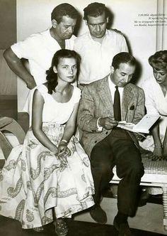 """Με τη Μελίνα,τον Παντελή Ζερβό,τον Βασίλη Διαμαντόπουλο και τον συγγραφέα του θεατρικού έργου """"Η ωραία Ελένη"""" Αντρέ Ρουσσέν, 1954. Old Pictures, Perspective, Theatre, Che Guevara, Greek, Cinema, Memories, Black And White, Couple Photos"""
