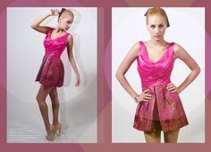 Vestido corto, cuerpo en raso drapeado en escote V, falda en tablones brocado estampado floral.