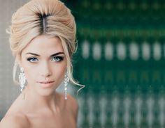 В моде сегодня естественность. 3 эксперта красоты комментируют женские вечерние прически