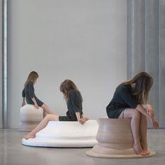 Designer lituanienne, Marija Puipaitė utilise les courbes de ses jambes dans des positions différentes pour générer les formes de ses sièges créés pour son