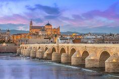 Córdoba  La ciudad del antiguo califato se encuentra siempre en los primeros puestos de la lista de lugares más bonitos de Andalucía. Cuando cruces el viejo Puente Romano sobre el Guadalquivir notarás que estás caminando sobre más de 2.000 años de historia. La famosa Mezquita-Catedral, el barrio de la Judería, las Caballerizas Reales y el Alcázar de los Reyes Cristianos son sólo algunos de los atractivos de la ciudad.