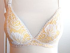 Today's tutorial focus on how to adapt the Lotus bra pattern for knit fabric. This is a great option for those who want a comfy sleep bra, experience bloating throughout the month (or day! Stretch Lace, Stretch Fabric, Burgundy Outfit, Red Burgundy, Underwear Pattern, Diy Bra, Sewing Lingerie, Corset Pattern, Lining Fabric