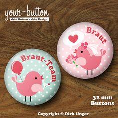 JGA Button »Vogelhochzeit« 32 mm Du planst einen Junggesellinnenabschied für deine Freundin? Die üblichen Junggesellinnenabschieds-T-Shirts sind euch aber zu plakativ? Dann tragt doch einfach einen Button! Passt garantiert bei jeder Konfektionsgröße, spart Geld und ist dezent. Die Buttons haben einen Durchmesser von 32 mm und kosten 2,50 € pro Stück.