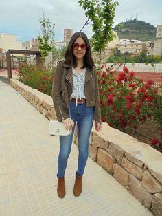 Camel and denim - Temporada: Primavera-Verano - Tags: casual,  - Descripción: Cazadora de ante combinada con blusa blanca estampada, jeans y botines camel de ante.  #FashionOlé