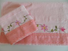 Conjunto de toalhas bordadas – Salmão Napkins, Tableware, Embroidered Towels, Bath Linens, Towel Set, Face Towel, Handmade Products, Shabby Chic, Needlepoint