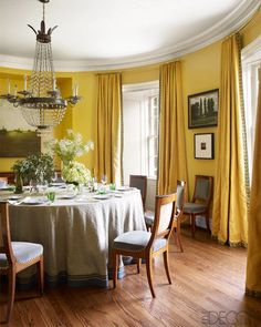 A cheery and decadent room by Brockschmidt and Coleman. - Bill Brockschmidt Nashville Home - ELLE DECOR Yellow Dining Room, Dining Room Walls, Dining Room Design, Yellow Rooms, Yellow Walls, Yellow Curtains, Rooms Ideas, Nashville, Wall Bookshelves