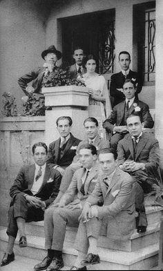 Mário de Andrade (primeiro à esquerda, no alto), Rubens Borba de Moraes (sentado, segundo da esquerda para a direita) e outros modernistas de 1922, dentre os quais (não identificados) Tácito, Baby, Mário e Guilherme de Almeida e Yan de Almeida Prado, em São Paulo, Brasil, 1922.