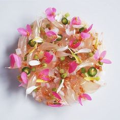 Pomelo and prawn salad with roasted rice by << That is FOOD. Oooooh, it's so pweeeetttyyyy! Prawn Salad, Sushi Design, Food Design, Michelin Star Food, Plate Design, Edible Flowers, Edible Art, Culinary Arts, Gastronomia