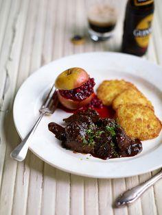 Stoverij van everzwijn met Guiness, appeltje met veenbessenconfituur en rösti