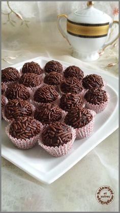 Salam alaykoum, Voici la dernière recette de mon plateau de l'Aid el fitr, ce sont des boules sans cuisson faites à base de chocolat et de noix, un délice à refaire avec d'autres fruits secs. Encore une fois une recette très rapide à faire et à la portée...