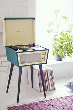 En grammofonafspiller og højttalere. På billedet er det en Crosley X UO Sterling Vinyl Record Player.