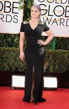 Kelly Osbourne lució muy delgada con un vestido negro con hombreras doradas. Fue una de las presentadoras mejor vestidas de la noche.