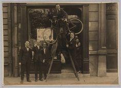 l'exposition Max Ernst au Sans-Pareil, 1920, De gauche à droite : René Hilsum, Benjamin Péret, Charchoune, Philippe Soupault, Jacques Rigaut (la tête en bas), André Breton,