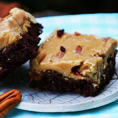 New Orleans Praline Brownies.Menu Musings of a Modern American Mom: New Orleans Praline Brownies Brownie Recipes, Cookie Recipes, Dessert Recipes, Easy Desserts, Delicious Desserts, Summer Desserts, Yummy Food, Strawberry Cream Cheese Cobbler, Yummy Treats