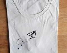 Embroidered t shirts Diy Embroidery Shirt, Embroidery On Clothes, Creative Embroidery, Simple Embroidery, Embroidery Designs, Diy Clothing, Custom Clothes, Camisa Floral, Paint Shirts