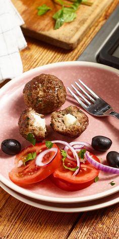 Frikadellen mal anders: köstlich gefüllt mit Schafskäse holen diese kleinen Hackbällchen ein Stück Griechenland zu dir nach Hause.