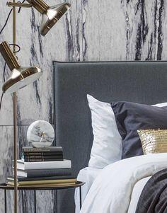 Sett sammen et herlig soveromsinteriør ved hjelp av gråtoner. Dekorer med marmor og gull. Dette er en av de hotteste trendene akkurat nå. Vi viser deg triksene for å få stilen på ditt eget soverom. Detaljene i messing går igjen i tekstiler, lamper og dekordetaljer. Dette skaper en helhetlig og gjennomført stil. En tøff hodegavl …
