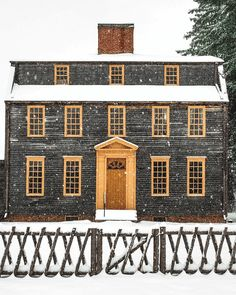 Architecture - Unpainted clapboard, c. 1755 historic home with yellow door surround and window trim - look at the fence and front gate! New England Cottage, New England Style, New England Homes, Brick In The Wall, Country Farmhouse Decor, Country Homes, Town And Country, Country Life, Country Living