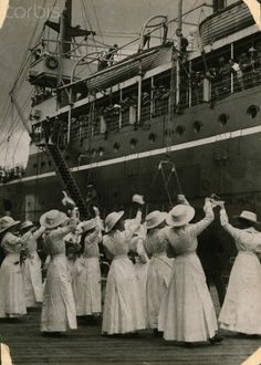 Women on a dock welcome home a hospital ship of WWI ANZAC veterans World War One, First World, Anzac Day, Lest We Forget, Remembrance Day, Photographs Of People, Before Us, Thing 1, The Good Old Days