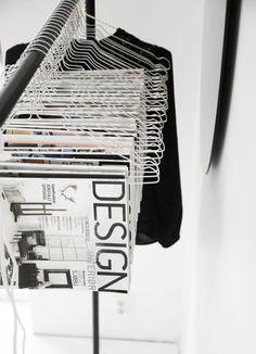 A Modern and Chic Magazine Storage Idea Interior Design Jobs, Interior Design Magazine, Magazine Design, Showroom Design, Magazine Display, Magazine Storage, Magazine Organization, Magazine Rack, Exposition Photo