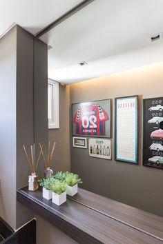 Banheiro moderno com decoração despojada. RABISCO ARQUITETURA #bathroom #couple #banheiro #banheira #granito #natureza #visual #design #arquitetura #diferente #modern #moderna #contemporanea #textura #texture #wood #madeira #amadeirado #glass #espelho #vidro #white #branco #planta #granito #bancada #parede #wall #ceramica #revestimento #moderno #pedra #stone #funcional #art #arte #decoração #decore #quadro