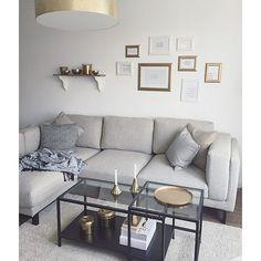 Ikea Nockeby- Sofa, Naturtöne kombiniert mit etwas Gold und Akzenten in Schwarz.