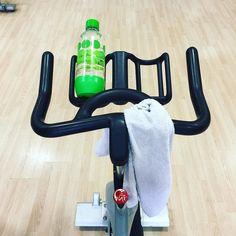 Quand on a pas de voiture et bien on fait du vélo  #cestcommeca #rpm #fitness #voitureaugarage #ontrouveuneexcuse #cafaitlongtemps #souffrance #sport