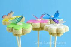 Preciosas galletas para una fiesta mariposa o una fiesta primavera, via blog.fiestafacil.com / Lovely cookie-pops for a butterfly party or a spring party, via blog.fiestafacil.com