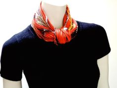I've been asked a few times about how to tie Plissé scarves, so here are my favorite ways to wear them!    Projet Carré Plissé     Ascot kno...