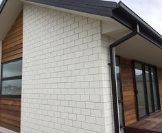 Midland Brick New Zealand. Supply and manufacture clay bricks and pavers. Townhouse Exterior, Bungalow Exterior, Modern Exterior, Exterior Design, Concrete Block Walls, Concrete Houses, House Cladding, Facade House, Midland Brick