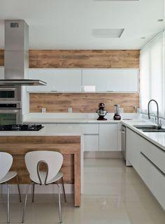 Detalhes de madeira na cozinha branca