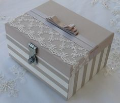 Caixa em MDF revestida com tecido 100% algodão. Apliques em renda importada e fita de cetim. Trata-se de um cofrinho que pode ser utilizado para arrecadação de dinheiro em casamentos.