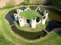 Château de Commequiers Beautiful Castles, Beautiful Buildings, Beautiful Places, Chateau Medieval, Medieval Castle, City Landscape, Fantasy Landscape, Monuments, Castle Ruins