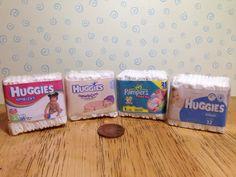 Pack de couches faux pour une maison de poupées, échelle 1/12ème. 4 choix de huggies ou pampers.