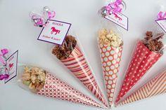 Feestelijke puntzakjes gevuld met chocolade popcorn crunch als traktatie!