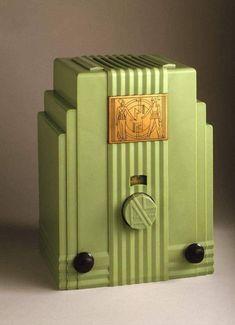 Age of Diesel — the1920sinpictures: 1930 Air King Products radio... Art Deco Stil, Art Deco Home, Art Nouveau, Radio Design, Retro Radios, Streamline Moderne, Antique Radio, Art Deco Furniture, Antique Furniture