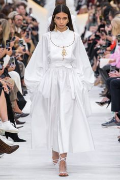 Valentino Spring 2020 Ready-to-Wear Fashion Show - Vogue Fashion Week, Fashion 2020, Runway Fashion, Spring Fashion, Paris Fashion, Women's Fashion, Fashion Trends, Couture Mode, Style Couture