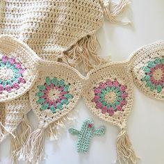Hand Crochet Garland Knitting And Crocheting - Hand crochet garland , hand häkeln girlande , guirlande de crochet à la main - Crochet Home, Love Crochet, Crochet Motif, Crochet Crafts, Yarn Crafts, Hand Crochet, Crochet Flowers, Crochet Projects, Crochet Patterns
